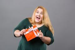 Nette emotionale Frau, die ein Geschenk empfängt Stockfoto