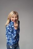 Nette erwachsene Geschäftsfrau auf Gray Background Stockbilder
