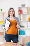 Nette erwartungsvolle Geschäftsfrau zeigt okayzeichen lizenzfreie stockfotos