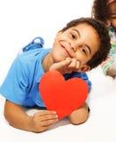 Nette fünf Jahre alte Junge mit Herzsymbol Lizenzfreie Stockfotos