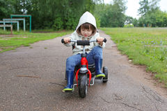 Nette Fahrten des kleinen Jungen auf Fahrrad Stockfoto