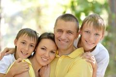 Nette Familie an der Natur Stockfoto