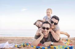 Nette Familie, die auf einem schönen Strand aufwirft Stockbild