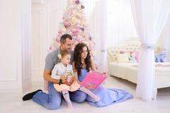 Nette Familie, die Freizeit, Lachen und Lächeln des Spaßes zusammen herein hat stockbild