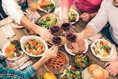 Nette Familie, die geschmackvolles zu Abend isst Stockfoto
