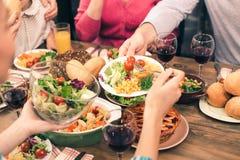 Nette Familie, die geschmackvolles zu Abend isst Lizenzfreies Stockfoto