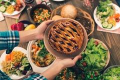 Nette Familie, die geschmackvolles zu Abend isst Lizenzfreie Stockfotos