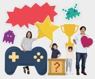 Nette Familie, die Ikonen einer Unterhaltung hält lizenzfreies stockbild