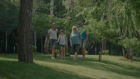 Nette Familie, die nach Platz für Picknick sucht stock video footage