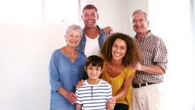Nette Familie, die Spaß im Wohnzimmer hat stock video footage