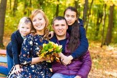 Nette Familie in einem Park auf einem Herbst stockbild