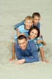 Nette Familie im blauen Lügen stockfoto