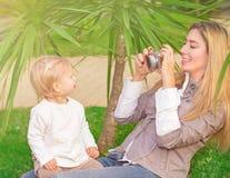 Nette Familie im Park Stockfotos
