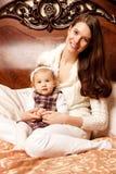Nette Familie im Schlafzimmer Mutter und Tochter im Innenraum stockfotografie