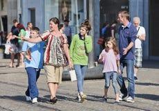 Nette Familie am Verdammungs-Quadrat, Amsterdam, die Niederlande Stockbilder