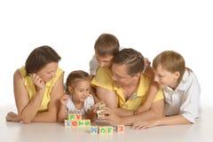 Nette Familie von fünf spielend Stockfotos