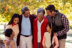 Nette Familie von mehreren Generationen, die am Park steht stockbild