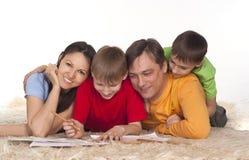 Nette Familienzeichnung auf einem Teppich lizenzfreies stockfoto