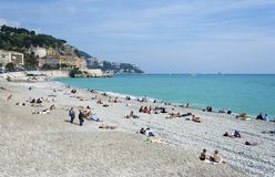 Nette Frankreich-Leute, die auf Strand ein Sonnenbad nehmen Stockfoto
