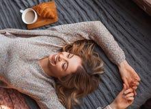 Nette Frau auf Bett Stockfotos