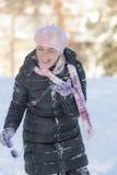 Nette Frau auf dem Schnee Stockfotos