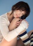 Nette Frau in den Knie-Socken und der Strickjacke Stockfoto