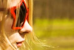 Nette Frau in den sternförmigen Sonnegläsern Stockbild
