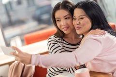 Nette nette Frau, die ein selfie nimmt Lizenzfreie Stockfotografie