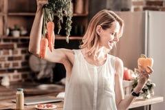 Nette nette Frau, die Gemüse hält Lizenzfreie Stockbilder