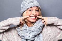 Nette Frau, die mit gefälschtem Lächeln für sexy warmen Winter spielt Lizenzfreie Stockbilder