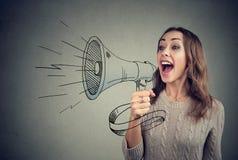 Nette Frau, die mit Nachrichten unter Verwendung des Lautsprechers teilt Lizenzfreie Stockbilder