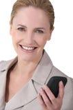 Nette Frau, die Mitteilung sendet Lizenzfreie Stockfotos