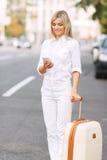 Nette Frau, die nahe Straße steht Lizenzfreie Stockfotos