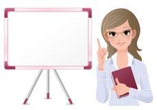 Nette Frau, die neben weißem Vorstand lecturring ist Lizenzfreies Stockfoto