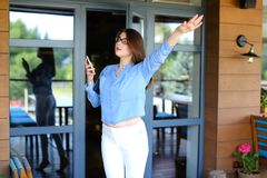 Nette Frau, die Restaurant, sprechend durch Smartphone und Klo verlässt stockfotos