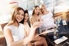 Nette nette Frau, die selfies nimmt Lizenzfreie Stockbilder