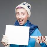 Nette Frau, die Zeichen auf grauem Hintergrund hält Lizenzfreie Stockfotografie