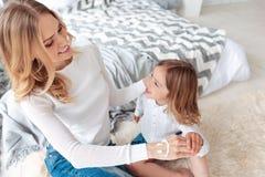 Nette nette Frau, die Zeit mit ihrer Tochter genießt Lizenzfreie Stockbilder