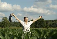 Nette Frau haben Rest auf der Natur Lizenzfreie Stockbilder