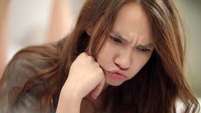 Nette Frau haben Spaß Porträt des spielerischen Mädchens genießen lustige Gesichter stock footage