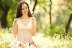 Nette Frau im Park Stockfotos