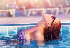 Nette Frau im Pool Stockfotos