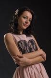 Nette Frau im rosa Kleid stockbild