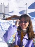 Nette Frau im Schnee lizenzfreies stockfoto
