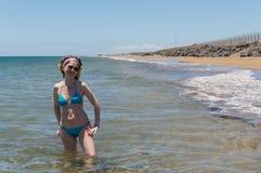 Nette Frau im Wasser Stockbilder