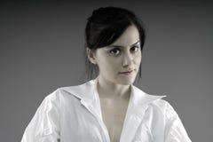 Nette Frau im weißen Hemd eines Mannes stockfoto