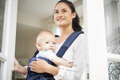 Nette Frau mit BabyAusstellfenster lizenzfreies stockfoto
