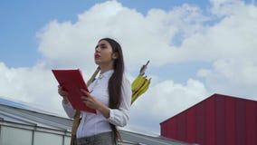 Nette Frau mit Bogen kletterte auf Dach, um den Bereich zu kontrollieren stock video footage