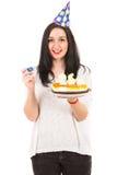Nette Frau mit Geburtstagskuchen lizenzfreies stockbild