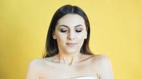 Nette Frau mit Gefühl von Geduld auf gelbem Hintergrund 4K stock video